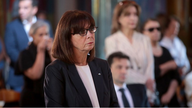 Συγκίνηση στο Μάτι: Μνημόσυνο για τα 102 θύματα της τραγωδίας ...