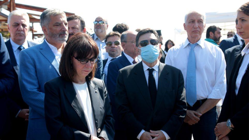 Συγκίνηση στο μνημόσυνο για το Μάτι - Σακελλαροπούλου: «Αδιανόητη ...