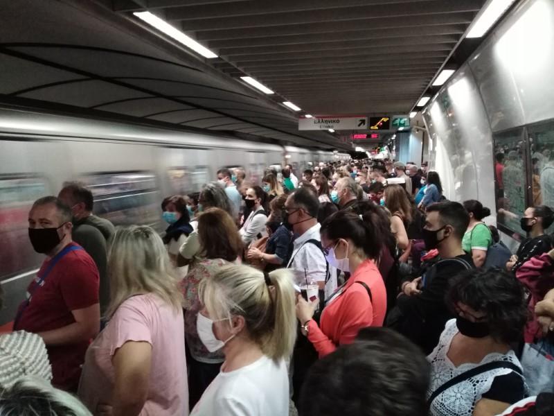 Εικόνες απίστευτου συνωστισμού στο μετρό Συντάγματος σήμερα το πρωί [εικόνες] | ΕΛΛΑΔΑ | iefimerida.gr