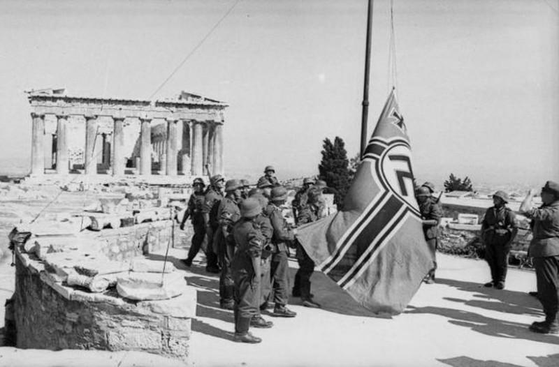 Μανώλης Γλέζος: Όταν κατέβασε την ναζιστική σημαία από την Ακρόπολη - ΤΑ ΝΕΑ