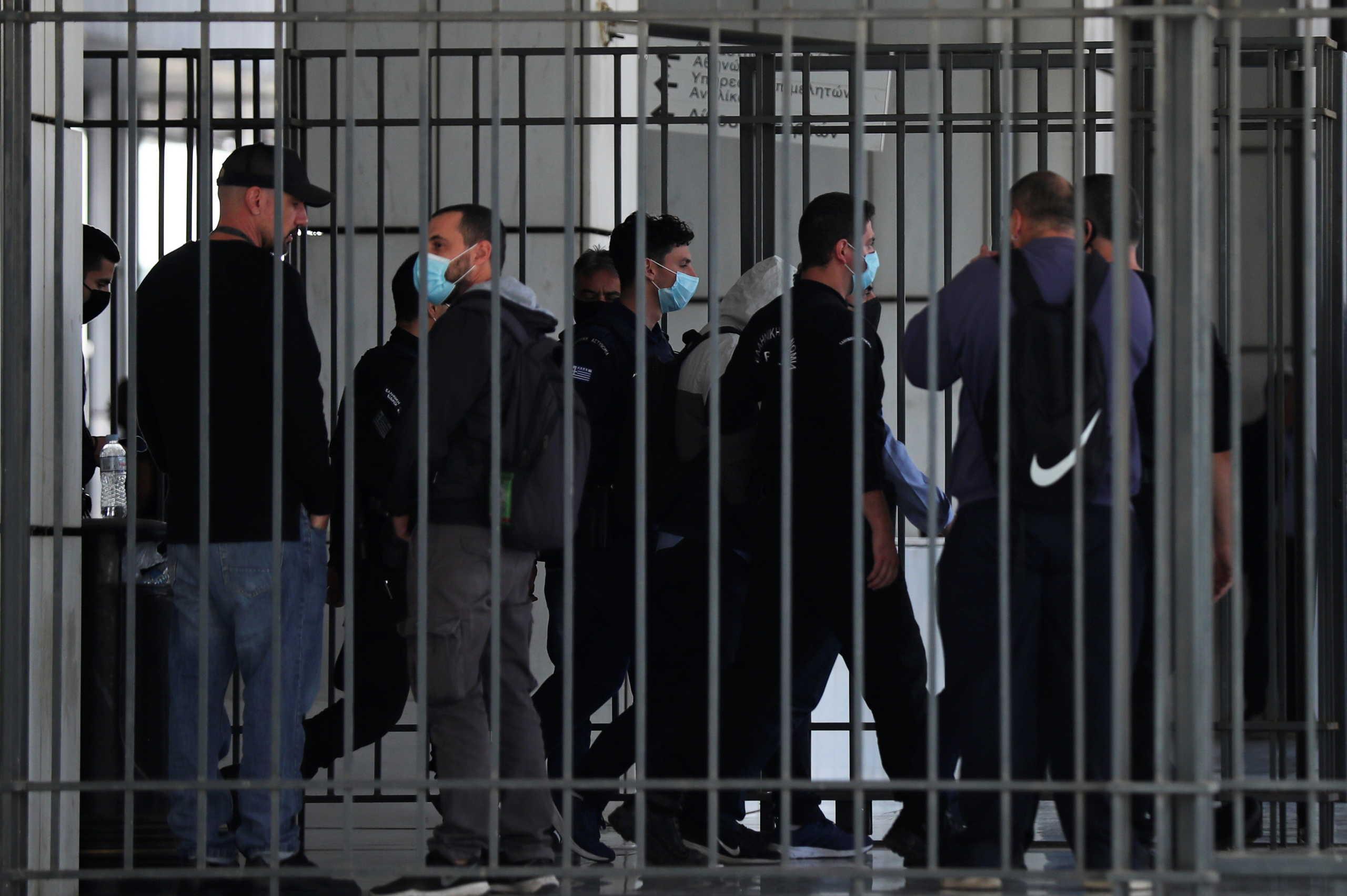 Η Χρυσή Αυγή στη φυλακή: Ιστορική απόφαση - Κασιδιάρης ο πρώτος που παραδόθηκε