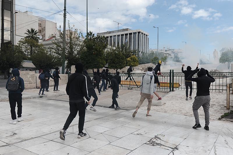 Επεισόδια, μολότοφ και χημικά στο πανεκπαιδευτικό συλλαλητήριο στο κέντρο της Αθήνας - iPop