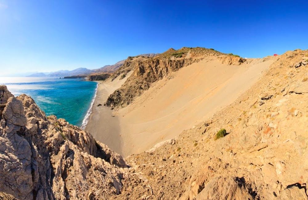 Κρήτη: Η ατμοσφαιρική παραλία με αμμόλοφους και ηλιοβασίλεμα (vid)