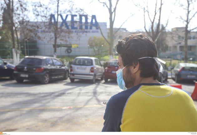 Εξαντλήθηκαν μέσα σε λίγα 24ωρα οι χειρουργικές μάσκες στη Θεσσαλονίκη | HuffPost Greece