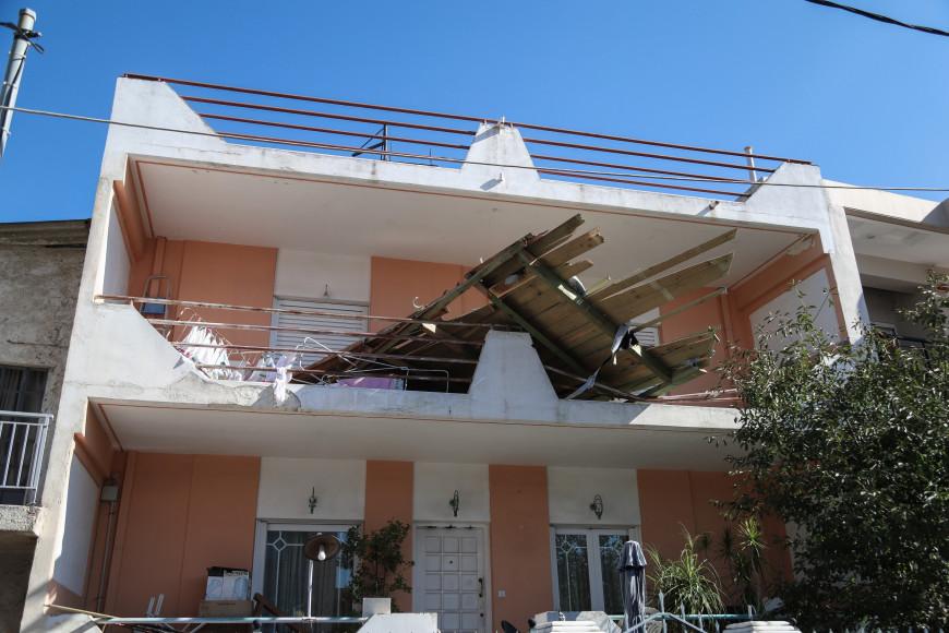 Νέο Ηράκλειο: Τρεις τραυματίες από την κακοκαιρία - Πεσμένα δέντρα, ζημιές και διακοπές ρεύματος | LiFO