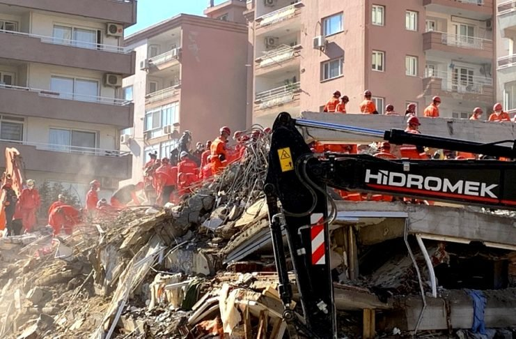 Σεισμός στη Σάμο: Στους 51 οι νεκροί στη Σμύρνη - 70χρονος βγήκε ζωντανός από χαλάσματα (video)