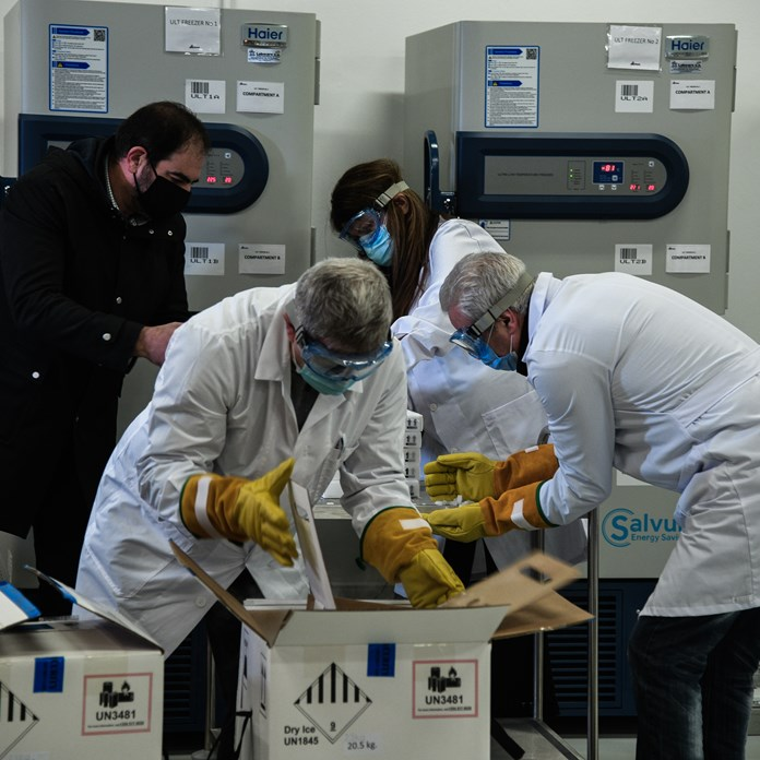 Έφτασαν τα πρώτα εμβόλια κατά του κορονοϊού στην Αθήνα - Ξεκινά η...