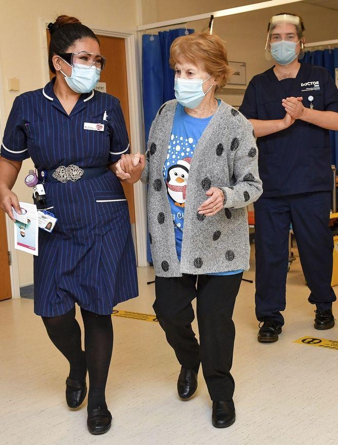 Κορονοϊός: Ημέρα ελπίδας - Μια 90χρονη η πρώτη γυναίκα που εμβολιάστηκε στη Βρετανία - Κόσμος | News 24/7