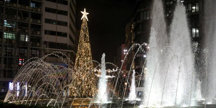 Στολίστηκε και η πλατεία Ομονοίας: Χριστουγεννιάτικο δέντρο 15 μέτρων δίπλα στο σιντριβάνι [εικόνες] | ΕΛΛΑΔΑ | iefimerida.gr