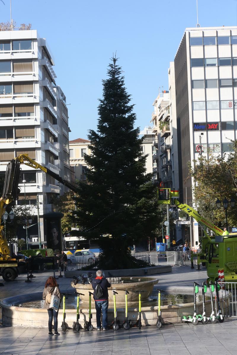 Στήθηκε και στολίζεται το χριστουγεννιάτικο δέντρο στο Σύνταγμα | LiFO