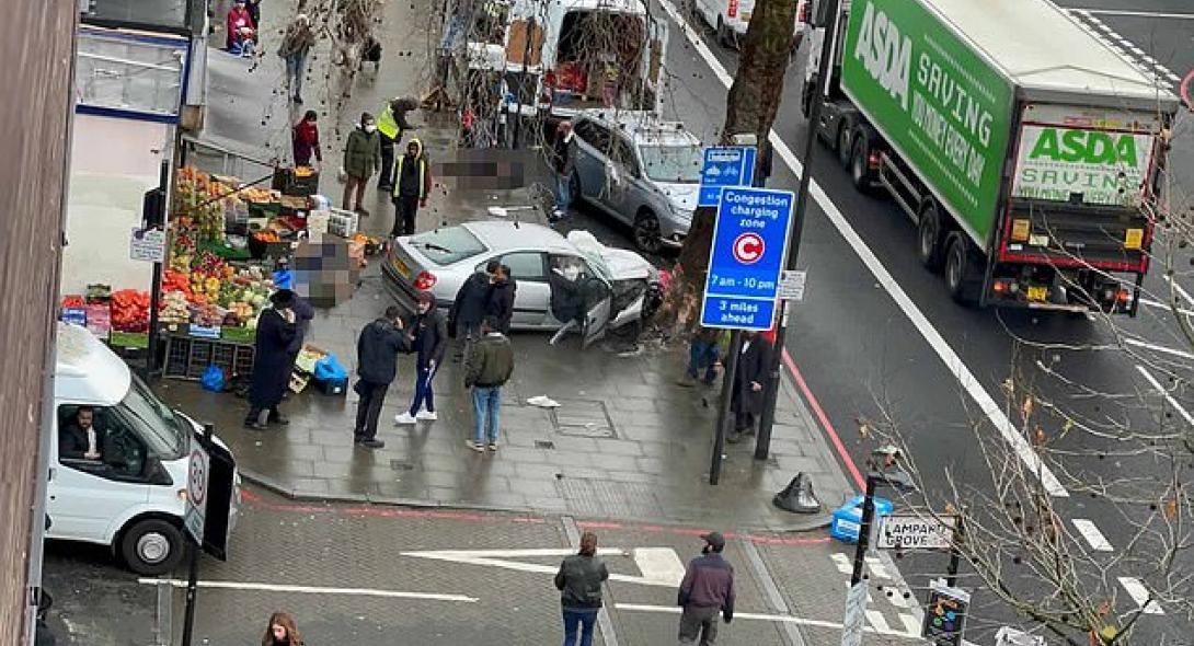 Συναγερμός στο Λονδίνο: Αυτοκίνητο έπεσε πάνω σε πεζούς - Τουλάχιστον 4 τραυματίες | Reader.gr