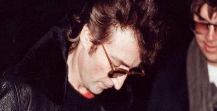 Η φωτογραφία που συγκλόνισε τον πλανήτη: Ο John Lennon μαζί με το δολοφόνο του | Hit Channel
