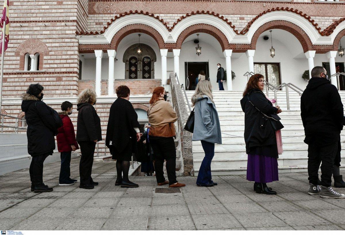 Θεοφάνεια: Ουρές πιστών έξω από εκκλησίες για τον αγιασμό, περιπολίες της αστυνομίας (vid)