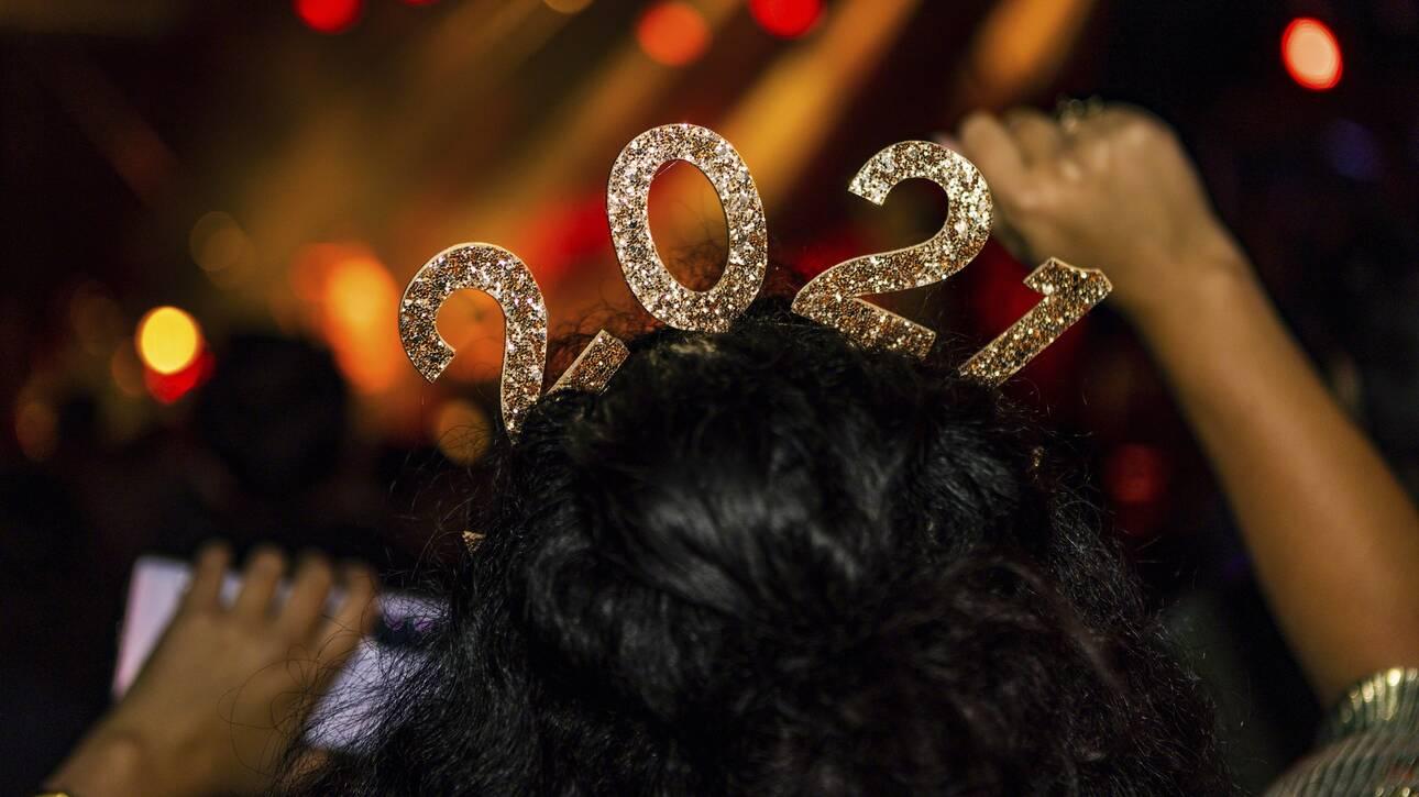 Ο πλανήτης υποδέχεται το Νέο Έτος υπό το βάρος του κορωνοϊού - CNN.gr