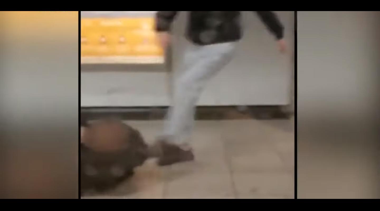 Ομόνοια -Βίντεο-σοκ: Καρέ καρέ ο άγριος ξυλοδαρμός σταθμάρχη του μετρό - eretikos.gr