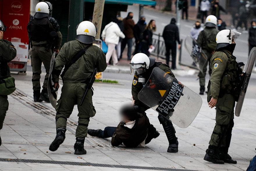Αστυνομικός των ΜΑΤ ακινητοποιεί διαδηλωτή σε συγκέντρωση κατά του lockdown και της μάσκας στο Σύνταγμα