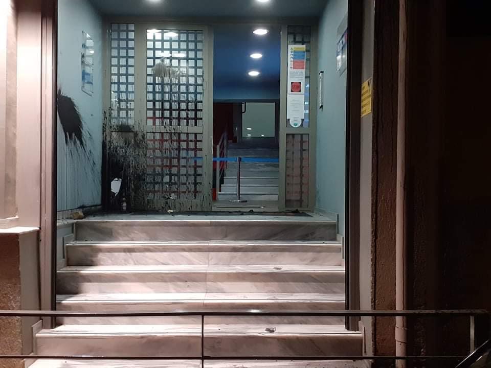 Επίθεση στο Action24 με μολότοφ, μπογιές και φέιγ βολάν υπέρ του Κουφοντίνα - Οι πρώτες εικόνες
