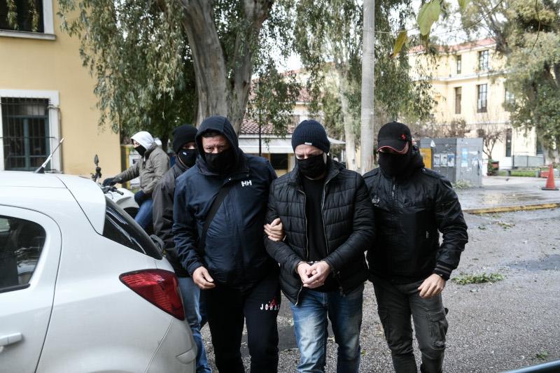 Ο Δημήτρης Λιγνάδης με μάσκα και χειροπέδες