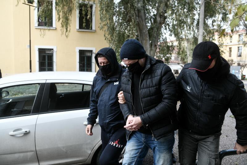 Ο Δημήτρης Λιγνάδης με χειροπέδες