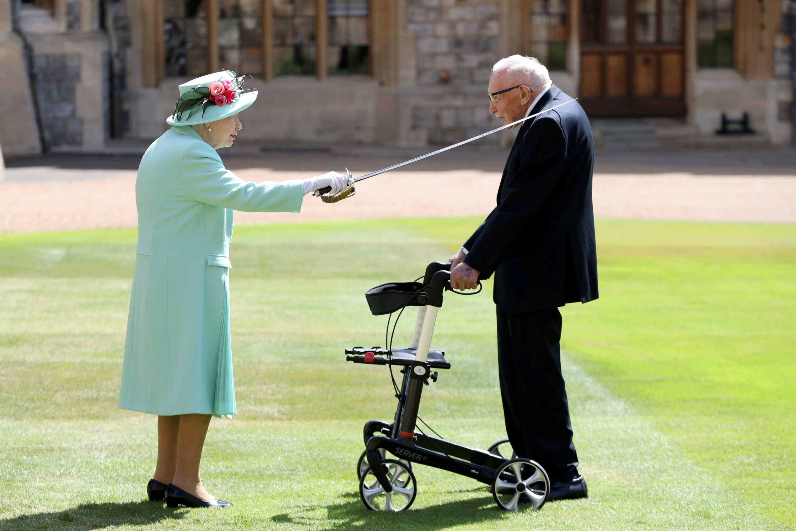 Η Βασίλισσα Ελισάβετ «υποκλίνεται» στον υπεραιωνόβιο «Κάπτεν Τομ» που νικήθηκε από τον κορονοϊό (video)