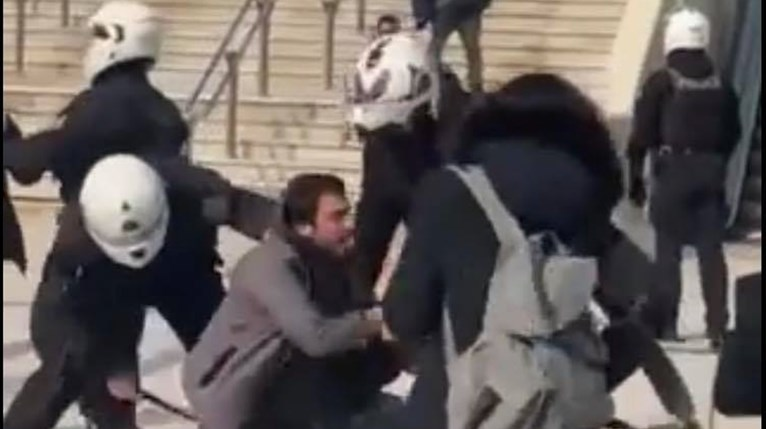 Νέα Σμύρνη: Θύελλα για τη βία των αστυνομικών και τον ξυλοδαρμό πολιτών με ...   Ελλάδα Ειδήσεις