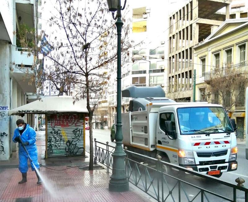 Εργαζόμενοι του δήμου πλένουν τα πεζοδρόμια