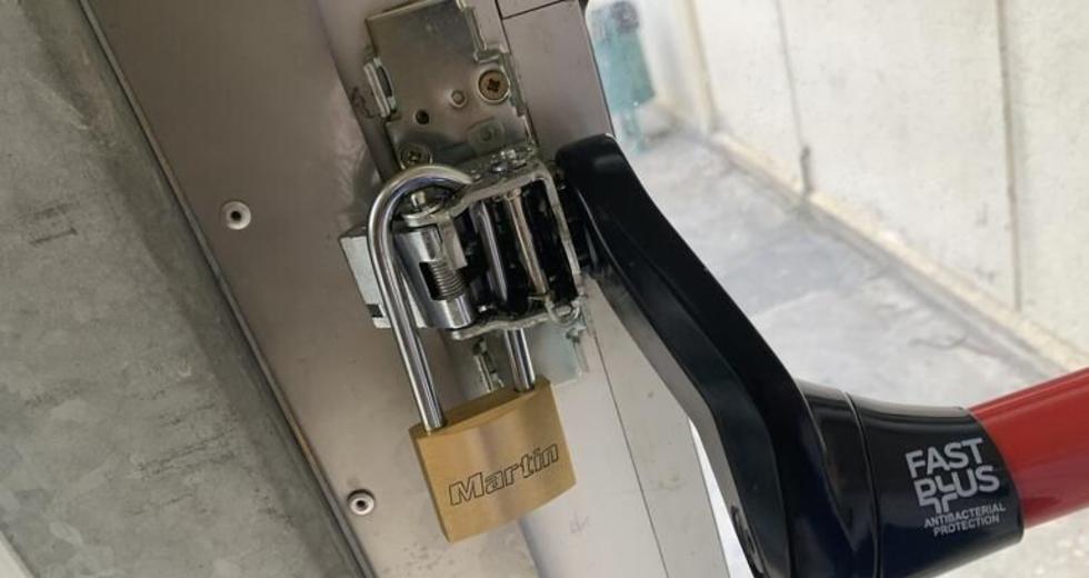 Ηράκλειο: Κλείδωσαν (κυριολεκτικά) το ΠΑΓΝΗ για να μην μπαίνουν συνοδοί | Η Εφημερίδα των Συντακτών