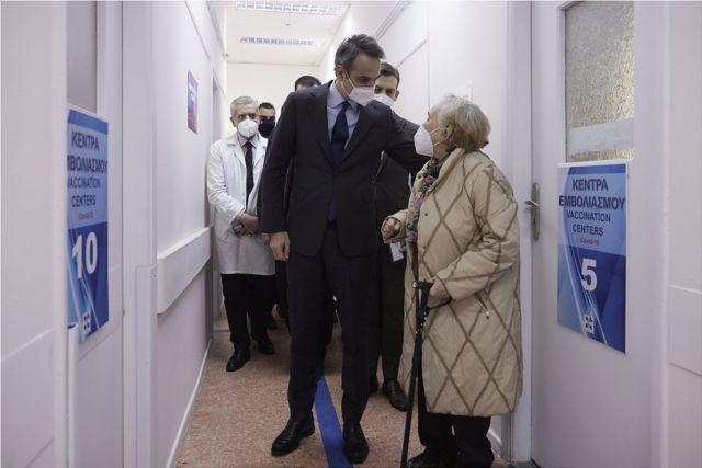 Στα Πατήσια ο Μητσοτάκης: Η Ελλάδα ταχύτατη στους εμβολιασμούς