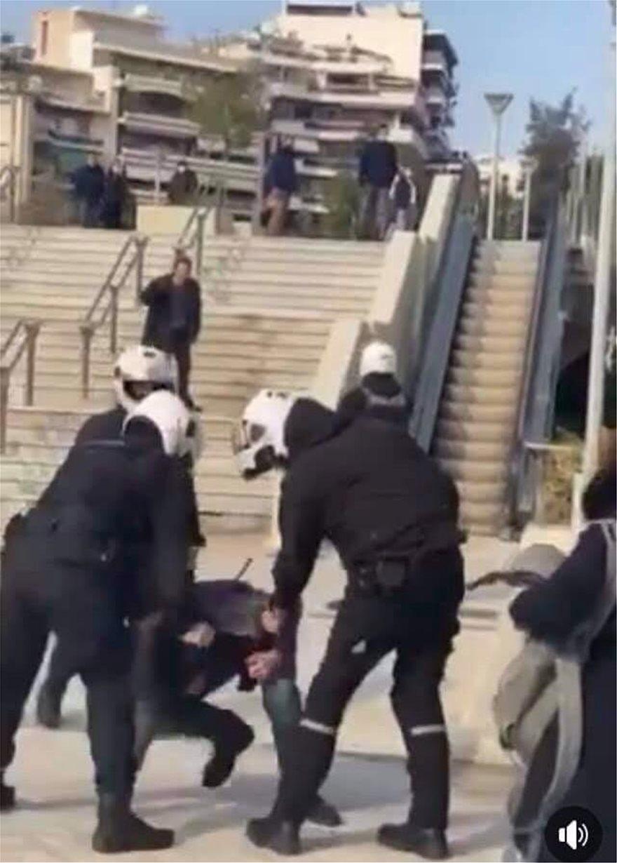 Επεισόδια στη Νέα Σμύρνη: Συμπλοκή 30 ατόμων με αστυνομικούς της ΔΙΑΣ