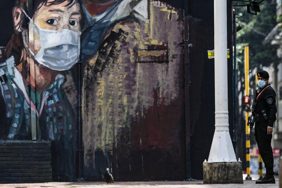 Η τέχνη του δρόμου και ο κορονοϊος - 19 graffiti και συνθήματα από όλο τον κόσμο | HuffPost Greece