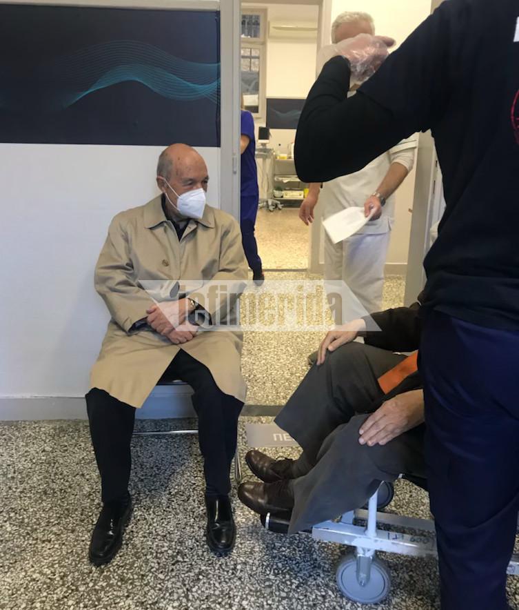 Ο πρώην πρωθυπουργός Κώστας Σημίτης μετέβη στον Ευαγγελισμό για να εμβολιαστεί για τον κορωνοϊό