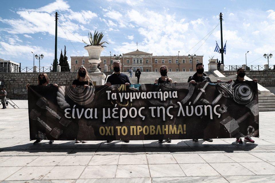 Διαμαρτυρία για τα κλειστά γυμναστήρια στην Αττική -Οι ιδιοκτήτες γέμισαν με αθλητικά παπούτσια το Σύνταγμα [εικόνες]   ΕΛΛΑΔΑ   iefimerida.gr