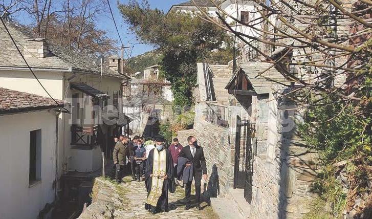 Μακρινίτσα: Σπαραγμός στις κηδείες - Θρήνος και μοιρολόγια για τα αδέρφια που δολοφονήθηκαν (pics, video)