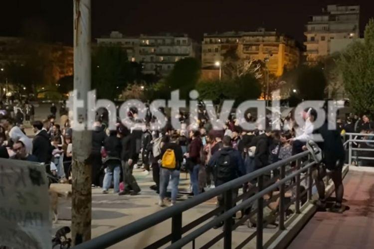 Θεσσαλονίκη: Κορωνοπάρτι στο ΑΠΘ στην πλατεία Χημείου (βίντεο) | Athens Voice